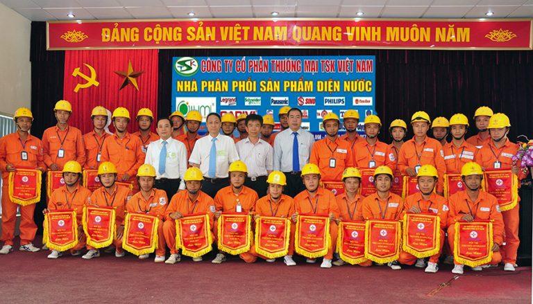 Đội ngũ sửa chữa hệ thống điện công ty CPTM TSK Việt Nam được cấp bằng giỏi